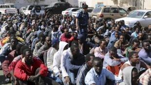 Des migrants clandestins arrêtés par les autorités libyennes avant leur embarquement pour l'Europe, en 2015.