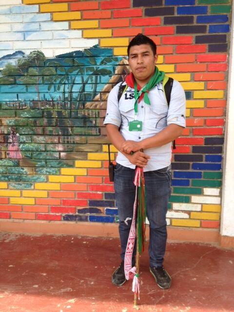 Neider, Indien Nasa, fait partie des gardes indigènes, chargés de surveiller le territoire autochtone avec pour seule arme un bâton, pris en étau entre les guérilleros des FARC, des groupes criminels (Bacrim),  et l'armée régulière. Ici à Toribío.