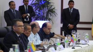 Image d'archive (存單圖片): Des membres de l'opposition vézéulienne, parmi lesquels Julio Borges (dr., MUD) lors d'une réunion à Saint-Domingue, le 31 janvier 2018.