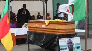 Le cercueil d'Albert Ebossé, ancien footballeur camerounais.