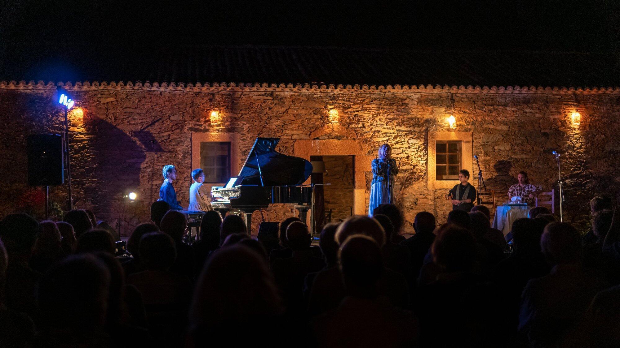 Concerto com Teo Gheorghiu, Fumiaki Miura, Mísia, Grupo Coral e Etnográfico da Casa do Povo de Serpa no Centro de Artes de Belgais