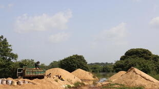 Beaucoup de Guinéens dépendent du fleuve Milo qui traverse la ville de Kankan.