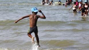 A Cabourg, des enfants jouent sur la plage, ce 22 août 2018.