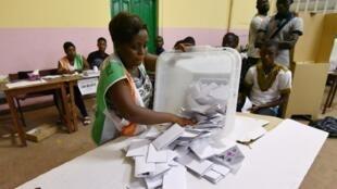 Dépouillement des bulletins de vote à Abidjan, le 18 décembre.