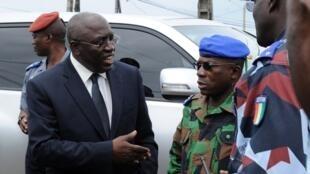 Le ministre délégué à la Défense, Paul Koffi Koffi, sur les lieux d'une attaque de la gendarmerie, le 21 septembre 2012.