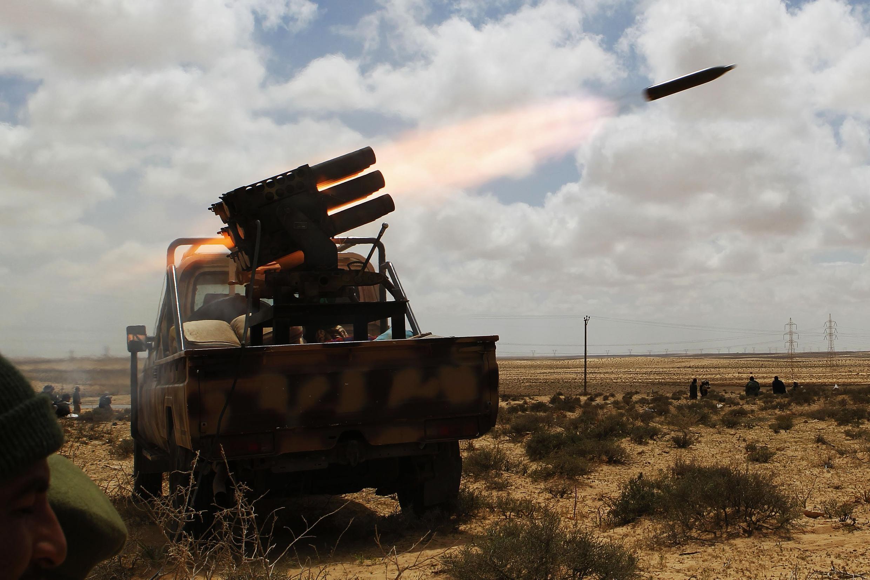 Ракетная установка повстанцев, ведущая огонь по войскам Каддафи вблизи г. Брега. 31/03/2011
