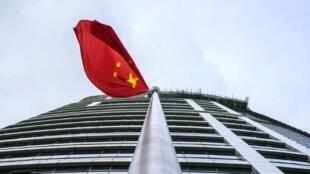 Bendera ya China kwenye makao makuu ya Usalama wa Taifa huko Hong Kong, Julai 8, 2020.