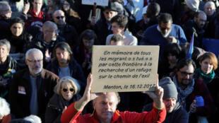 Une marche en solidarité aux migrants, à Menton à  la frontière franco-italienne, le 16 décembre 2017.