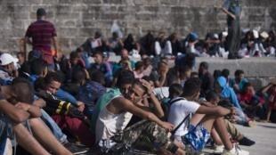 Migrantes descansan en Tarifa tras haber sido rescatados de las aguas, el 16 de agosto de 2017.