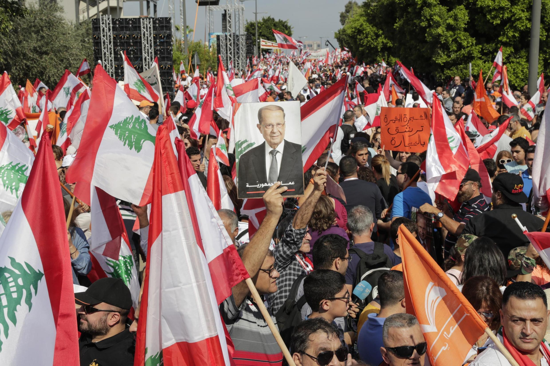 Apoiantes do Presidente libanês Michel Aoun desfilam nas ruas das redondezas do palácio presidencial de Baabda, próximo de Beirute. 03 de Novembro de 2019.
