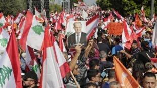 Des partisans du président libanais Michel Aoun gagnent les rues aux alentours du palais présidentiel à Baabda, près de Beyrouth, le 3 novembre 2019.