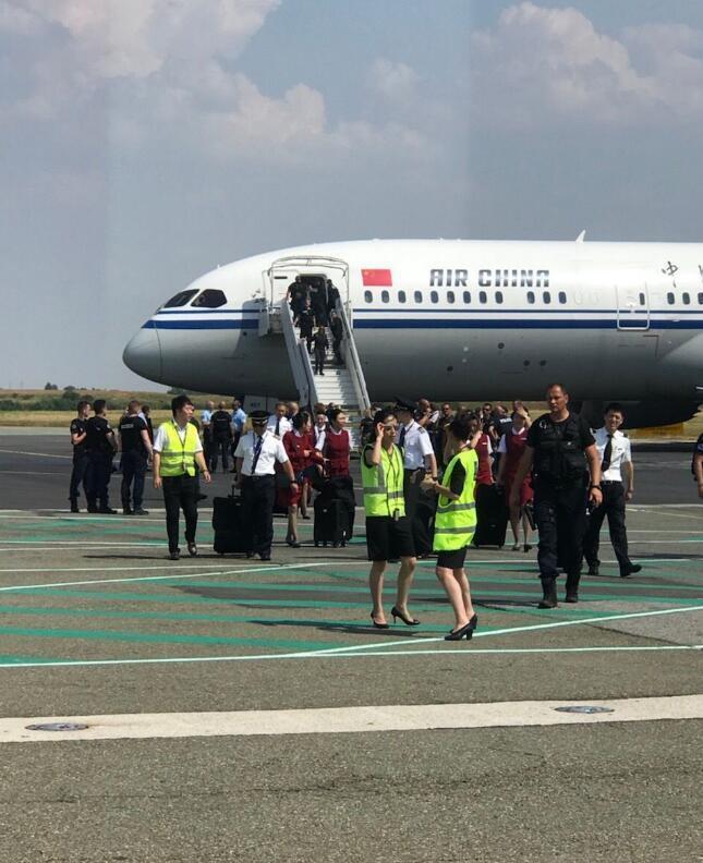 接到恐袭信息的国航班机返回巴黎机场后,乘客下机。2018年7月26