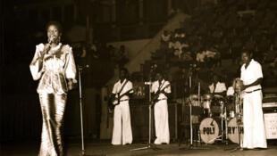 Angelique Kidjo et Orchestre Poly-Rythmo de Cotonou.