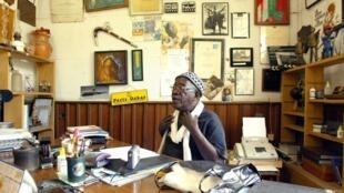 Le reélisateur sénégalais Ousmane Sembène, dans son bureau à Dakar, le 18 fevrier 2005..