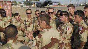 Des troupes françaises préparent une mission, à Ndjamena, au Tchad, le 12 janvier 2013.