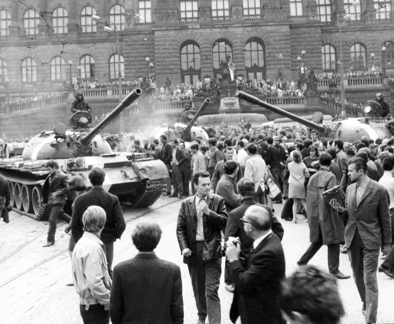Printemps de Prague 1968 : les habitants essayent de persuader les soldats russes venus pour écraser le mouvement qu'il n'y a pas de guerre civile ou de contre-révolution dans le pays.