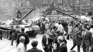 Ảnh minh họa - Mùa Xuân Praha 1968 : Cảnh dân chúng Praha ra đường cố thuyết phục lính Liên Xô là không có nội chiến hay phản cách mạng gì cả tại đây.