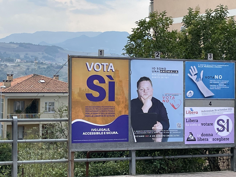 Carteles pro y antiaborto en San Marino, el 10 de septiembre de 2021