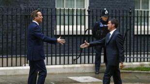 Le Premier ministre britannique, David Cameron (G) accueille son homologue français,  Manuel Valls au 10 downing street, le 6 octobre 2014.