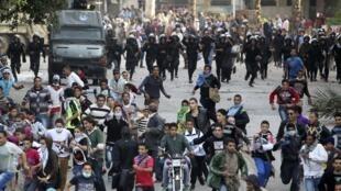 Protestos contra o decreto que aumentou os poderes do presidente Mohamed Mursi em frente à Embaixada dos Estados Unidos no Cairo, nesta quarta-feira.