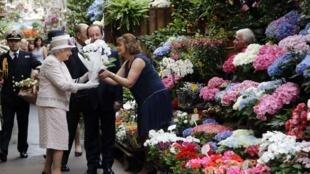 La reine Elizabeth II ce samedi 7 juin au matin au Marché aux fleurs de Paris.