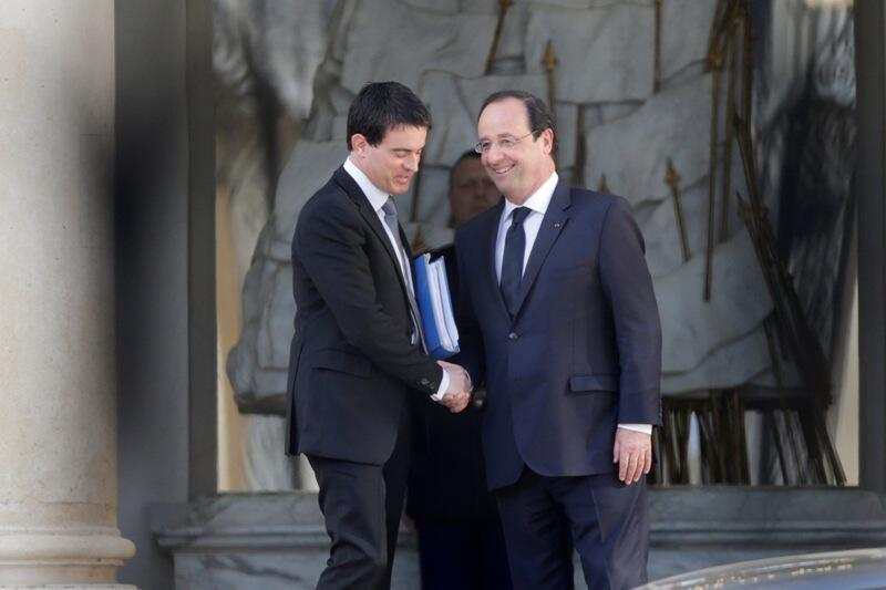 France's newly-named Prime Minister Manuel Valls (L) shakes hands with President François Hollande after deciding on the make-up of his cabinet