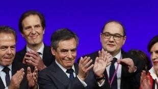 François Fillon, entouré de membres du parti Les Républicains, le 14 janvier à la Mutualité (Paris).