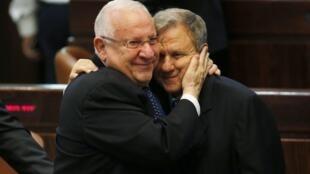 O presidente eleito de Israel, Reuven Rivlin, abraça o candidato derrotado, Meir Sheetrit.