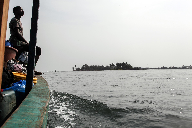 Lagune de Tadio. La bande de terre qui accueillait Grand Lahou est sur le point de disparaître.