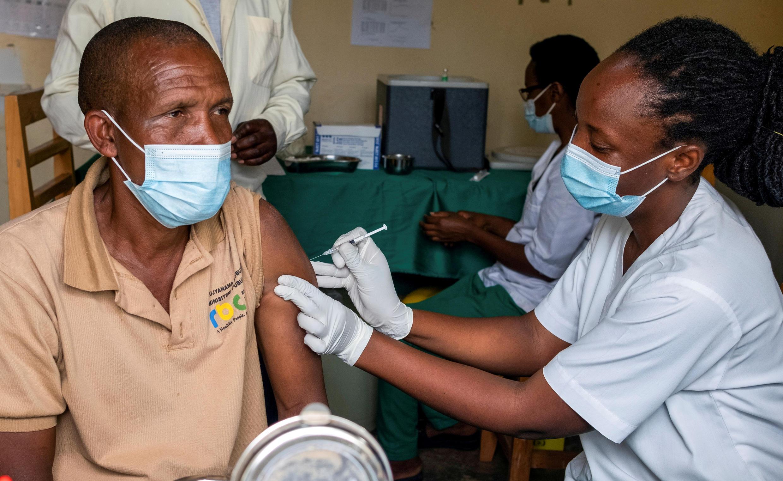 Rwanda - Vaccination - Covid-19 - 2021-03-18T101421Z_2144965571_RC2MDM9TC9N4_RTRMADP_3_HEALTH-CORONAVIRUS-AFRICA