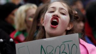 Manifestante a favor del aborto en Argentina