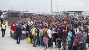 روز شنبه 5 سپتامبر، هزاران پناهجو در اتریش در انتظار رفتن به آلمان.