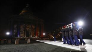 Le cercueil de Maurice Genevoix arrive devant le Panthéon le 11 novembre 2020.