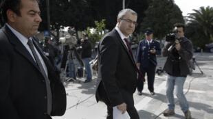 2013年3月22日,塞浦路斯央行行長在首都尼科西亞前往議會參加積極救助方案討論。