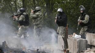 乌克兰安全武装摧毁斯拉扬斯克分裂分子设置的路障