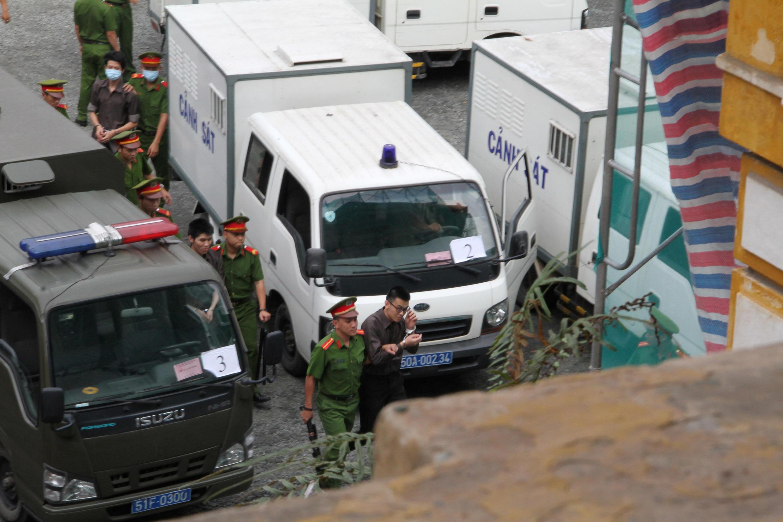 """Bị cáo """"khủng bố"""" được đưa đến tòa án Sài Gòn để nghe phán quyết, ngày 27/12/2017."""