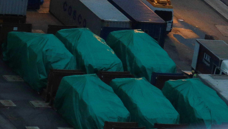 图为香港码头惊现装甲车货运照片