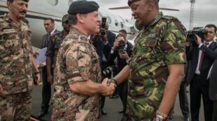 Rais wa Kenya Uhuru Kenyatta (Kulia) akimkaribisha Mfalme wa Jordan Abdullah wa pili (Kushoto) jijini Nairobi