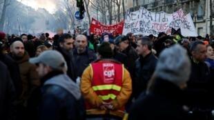 Manifestantes participam de manifestação em Paris nesta quinta-feira (16).
