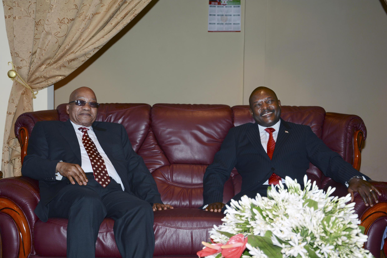Le président sud-africain Jacob Zuma (G), chef de la délégation dépêchée par l'UA à Bujumbura, a été reçu par le président burundais Pierre Nkurunziza (D), le 25 février 2016.