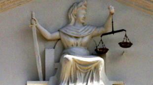 Símbolo da Justiça, estátua da Deusa de olhos abertos e sem venda.