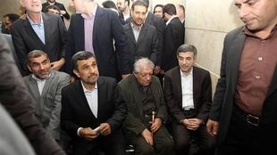 حضور عزت الله انتظامی در روز ثبت نام رحیم مشایی در انتخابات