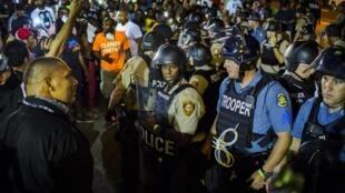 Cảnh sát chống bạo động Mỹ đối mặt với người biểu tình chống bạo lực cảnh sát tại Ferguson ngày 10/08/2015.