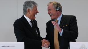 Los directivos de Publicis, Maurice Lévy, y de Omnicom, John Wren, anunciando la fusión, este 28 de julio en París.
