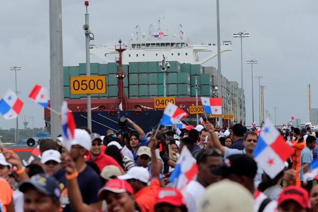 Durante la celebración de Inauguración del Canal Ampliado, el 26 de junio del 2016, el buque chino Cosco Shipping Panama, en las esclusas de Agua Clara (Atlántico) comienza a hacer su travesía.