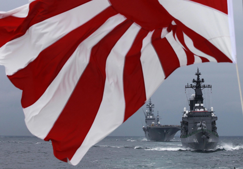 Chiến hạm Kurama và khu trục hạm Hyuga của lực lượng hải quân Nhật Bản (REUTERS)