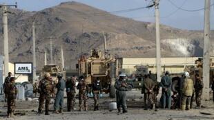 在喀布尔北约一辆军车遭到自杀袭击后的警戒状态(2014年10月13日)