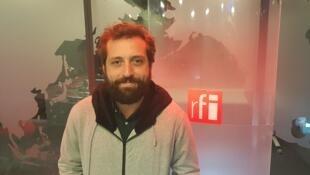 Gregório Duvivier nos estúdios da RFI em Paris