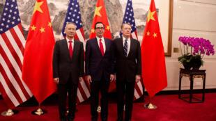 Le vice Premier ministre chinois Liu He (à gauche), le secrétaire américain au Trésor, Steven Mnuchin (au centre), et le représentant fédéral au Commerce, Robert Lighthizer (à droite), à Pékin, le 29 mars 2019.