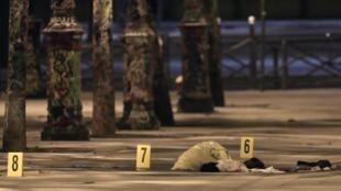 Siete personas resultaron heridas, cuatro de ellas de gravedad, incluidos dos turistas ingleses, según una fuente policial. Escena del crimen, el 10 de septiembre de 2018 en París.